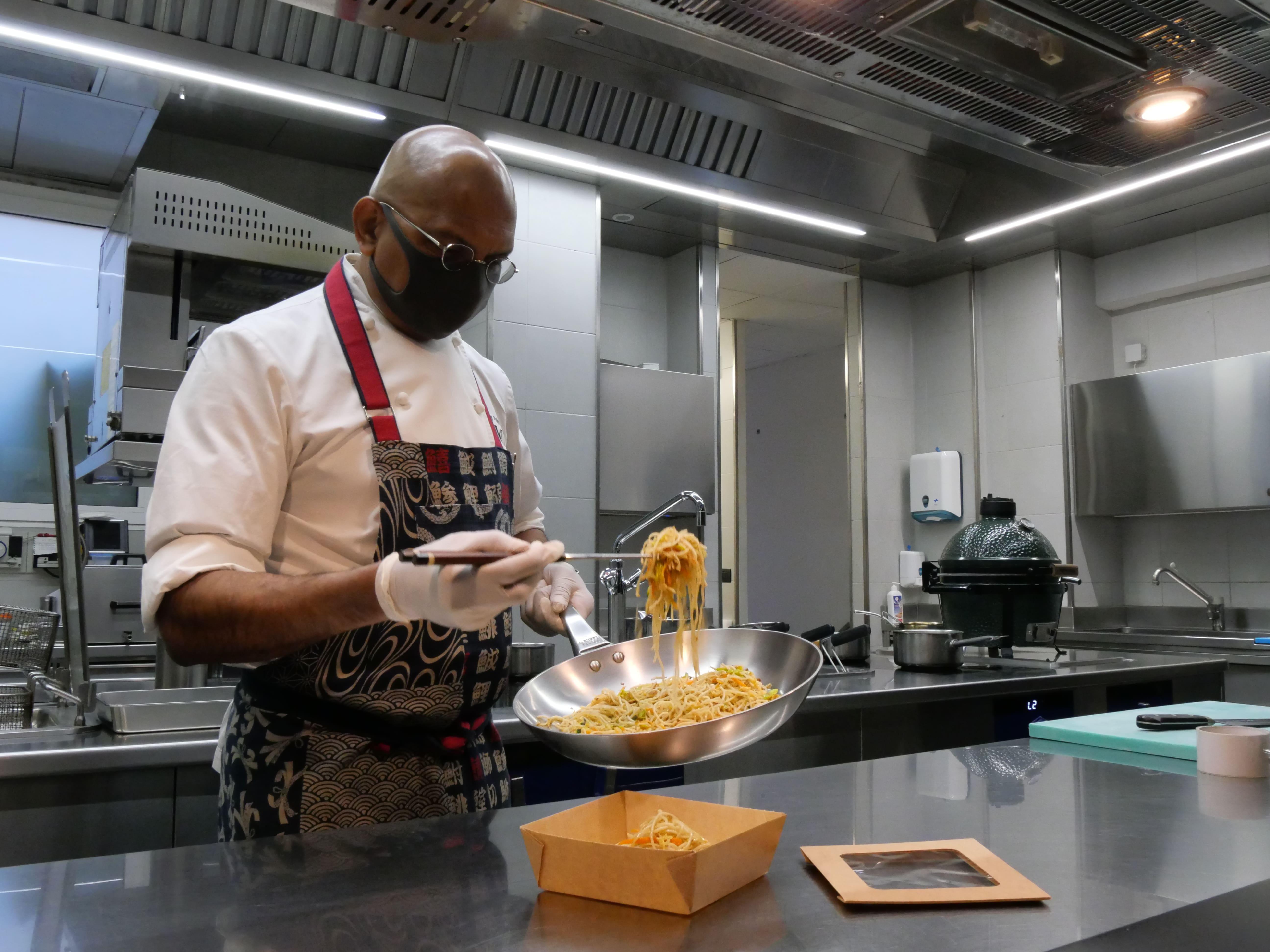 Lo chef Wicky Priyan e il suo delivery