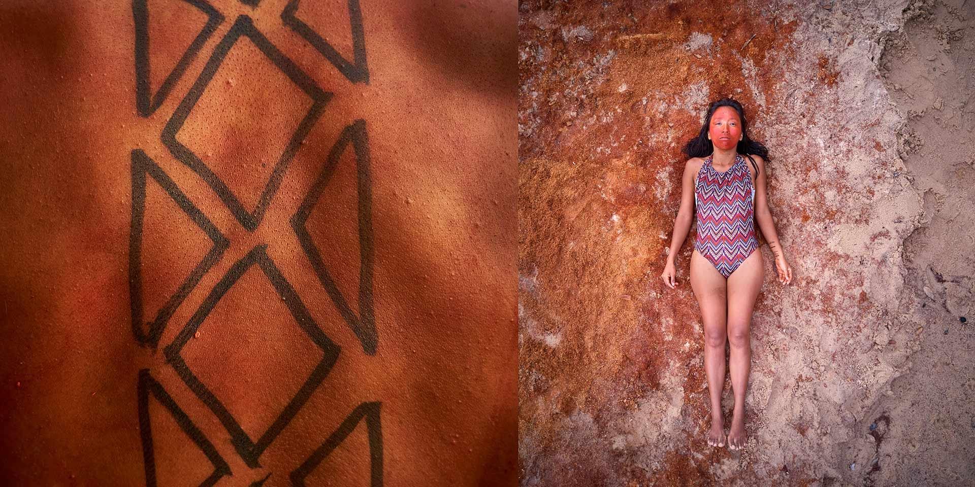 Una persona sdraiata a terra accato ad un close up di un tatuaggio