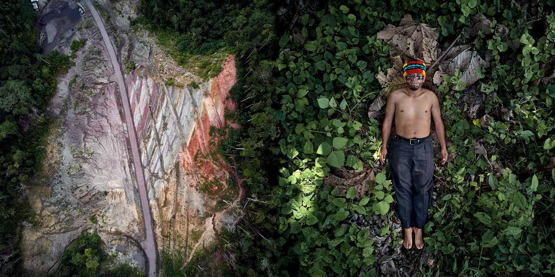Persona con indosso il costume tradizionale sdraiata a terra accanto ad una foresta