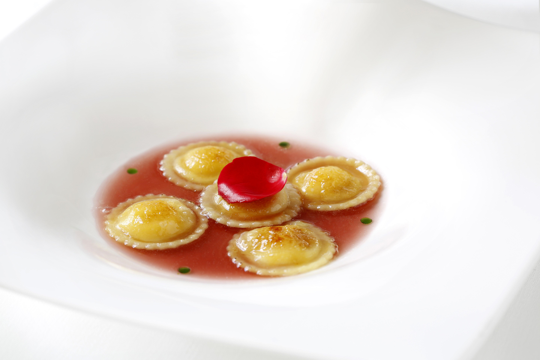 Ristorante-Rubacuori-by-Venissa-Ravioli-alla-crema-di-limoni-e-salsa-di-rosa
