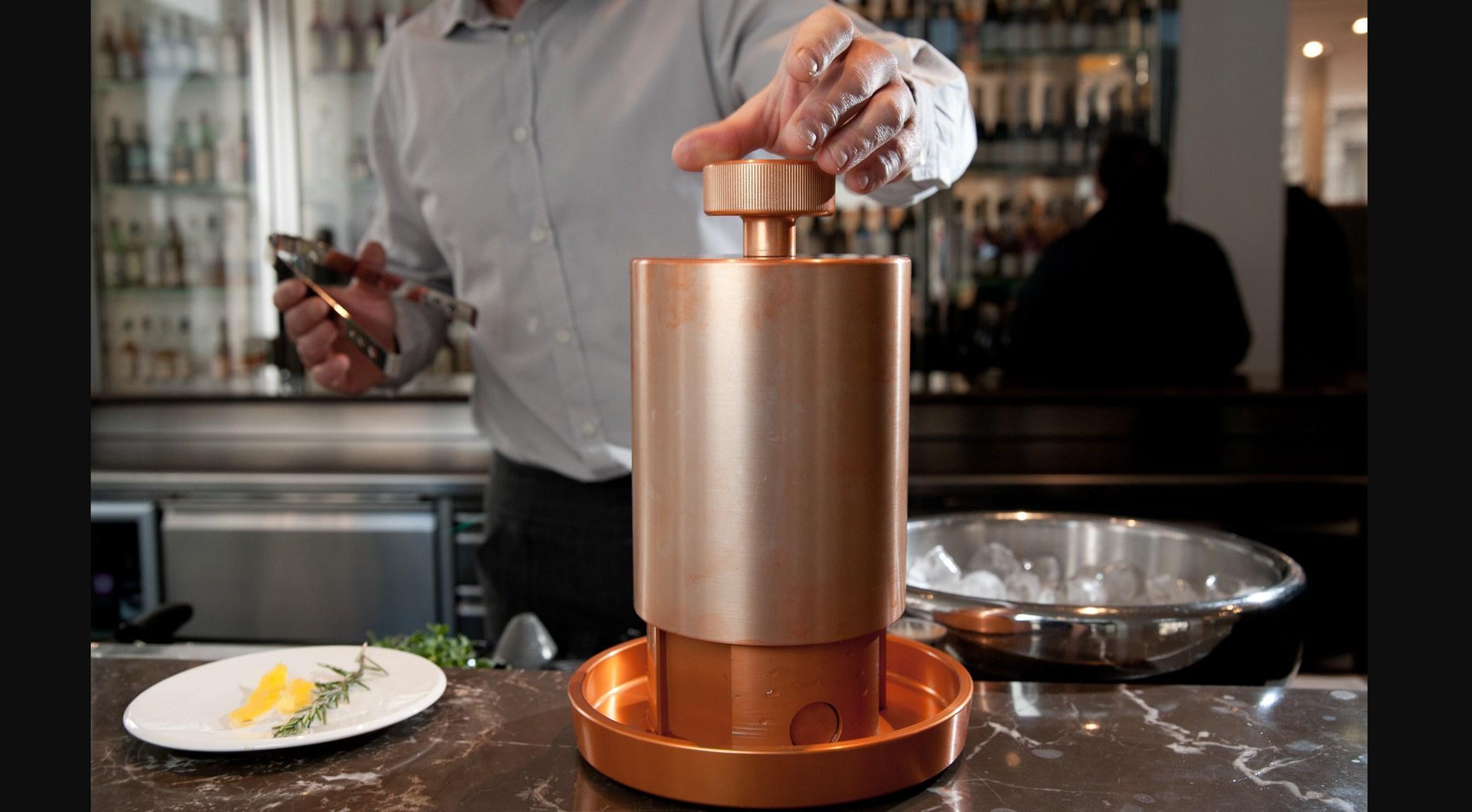cafe-trussardi-preparazione-step-1Mediterranean-Vodka-Tonic